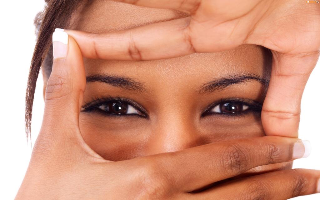 twarz-brazowe-dlonie-dziewczyny-oczy