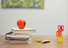 Rządowe wsparcie 500 zł dla nauczycieli. Komu przysługuje dofinansowanie?