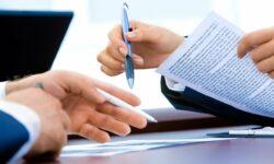 Od 1 stycznia 2021 r. powstaje ustawowy obowiązek zgłoszenia do ZUS zawieranych umów o dzieło. Tym samym umowy te trzeba wykazać w specjalnym formularzu RUD (zgłoszenie umowy o dzieło) w ciągu 7 dni od zawarcia. Formularz można przekazać przez internet – korzystając z Platformy Usług Elektronicznych (PUE) ZUS. Wskazany obowiązek nie dotyczył umów: - zawartych z własnym pracownikiem, - wykonywanych na rzecz własnego pracodawcy, ale zawartych z innym podmiotem, - zawartych z osobami prowadzącymi działalność gospodarczą na wykonanie przez nie usług, które wchodzą w zakres prowadzonej działalności. Dodatkowo obowiązek nie będzie obejmował tych podmiotów i jednostek organizacyjnych, które nie są płatnikami składek. Źródło: https://www.gov.pl/web/rodzina/obowiazek-zglaszania-do-zus-umow-o-dzielo-zawieranych-od-1-stycznia-2021-r
